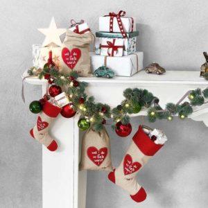 atrapa kominka z jednolitym tłem i dekoracjami świątecznymi