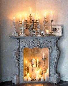 narożny kominek ze świecami różnej wielkości w stylu rustic shabby chic