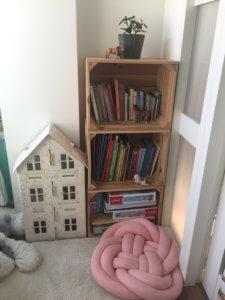 regał na książki dla dzieci ze skrzynek na jabłka